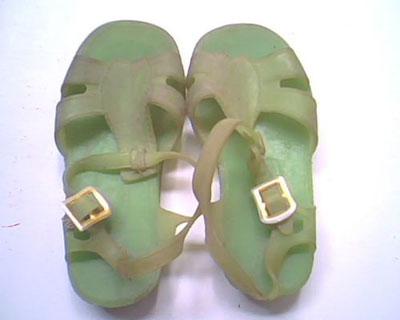 伴随我们长大的塑料凉鞋